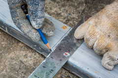 Medida do trabalhador o aço com a escala quadrada do triângulo fotografia de stock