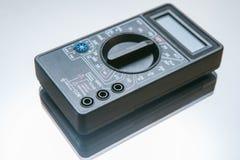 Medida do voltímetro da eletricidade do multímetro digital fotografia de stock