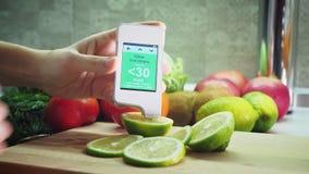 Medida para el contenido de nitratos en limón verde metrajes