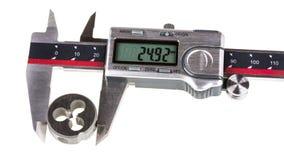 A medida um diâmetro do corte da linha morre por compassos de calibre digitais Imagem de Stock Royalty Free