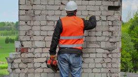 Medidas da tomada do construtor na parede de tijolo filme