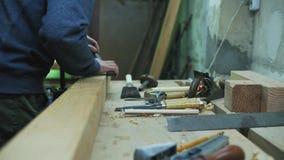 medidas del carpintero una barra de madera con un cuadrado del metal almacen de video