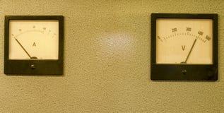 Medidor análogo do medidor ou do ampère do ampère e voltímetro do analógico fotografia de stock
