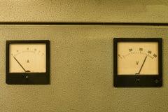 Medidor análogo do medidor ou do ampère do ampère e voltímetro do analógico fotos de stock
