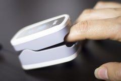 Medidor cardíaco do pulso do dedo fotografia de stock
