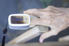 Medidor cardíaco do pulso do dedo fotografia de stock royalty free