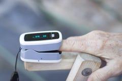 Medidor cardíaco do pulso do dedo imagens de stock