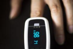 Medidor cardíaco do pulso do dedo imagens de stock royalty free