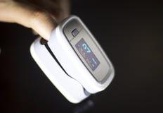 Medidor cardíaco do pulso do dedo Foto de Stock