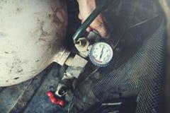 Medidor da pressão de gás da mão do homem foto de stock royalty free