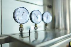 Medidor da pressão Garrafa do animal de estimação com fabricação natural da água imagem de stock royalty free