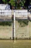 Medidor da profundidade do nível de água no rio Tamisa, Londres, Inglaterra, Reino Unido fotos de stock royalty free
