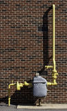 Medidor de gás com tubulação amarela Fotos de Stock Royalty Free
