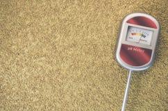 medidor de pH análogo del suelo en una superficie áspera Imagenes de archivo