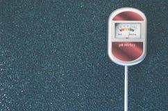 medidor de pH análogo del suelo en una superficie áspera Foto de archivo libre de regalías