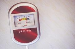 medidor de pH análogo del suelo en una superficie de madera Fotos de archivo libres de regalías