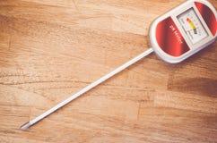 medidor de pH análogo del suelo en una superficie de madera Foto de archivo libre de regalías