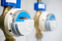 Medidor de rádio moderno azul do contador da água imagens de stock