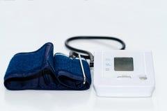 Medidor digital automático da monitoração da pressão sanguínea fotografia de stock