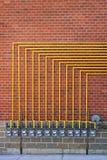 Medidores de gás na parede de tijolo fotografia de stock