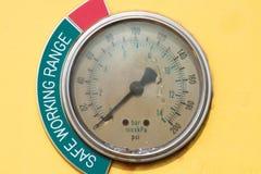 Medidores ou calibre na cabine do guindaste para a medida de carga máxima, velocidade de motor, pressão hidráulica, temperatura e Fotografia de Stock Royalty Free
