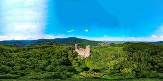 Medieavl ruiny Andlau roszują na wzgórzu w Alsace, panoramicznym Obraz Stock