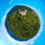 Medieavl ruiny Andlau roszują na wzgórzu w Alsace, panoramicznym Fotografia Stock