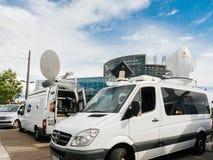 Medien Fernseh-LKW-Packwagen parkte vor Parlaments-Europäer buildi lizenzfreie stockfotografie
