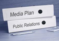 Medien-Plan und Öffentlichkeitsarbeiten - zwei Mappen im Büro Stockfotografie