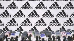 Medienereignis von ADIDAS, Pressewand mit Logo und Mikrophonen, redaktionelle Wiedergabe 3D stockfoto