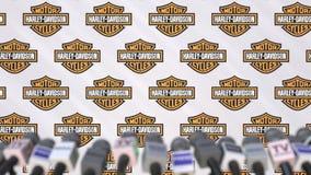 Medienereignis von Harley-Davidson, Pressewand mit Logo und Mikrophonen, redaktionelle Animation stock video