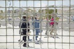 Medienpersonal als gesehene durch Glasfliesen bei Ralph Cadwallader Middle School, Las Vegas, Nanovolt Lizenzfreie Stockfotos