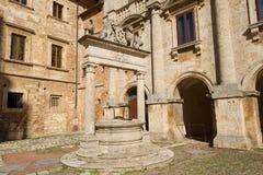 Medieval bien en el cuadrado de ciudad de Montepulchano viejo Italia Imágenes de archivo libres de regalías