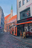 Medieval street of Riga's Old Town with cafes and restaurants de Royalty Free Stock Images
