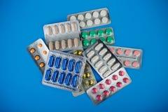 Medikamentöse Therapie, pharmazeutische Niederlassung, Gruppe verschiedene bunte Pillen in den Blisterpackungen Lizenzfreie Stockfotos