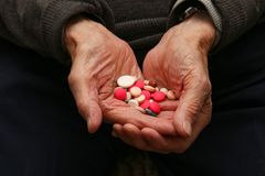 Medikation in den Händen eines alten Mannes lizenzfreie stockfotos