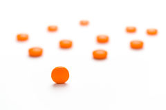 Medikation, Pillen, die heraus auf eine weiße Oberfläche verschüttet werden stockbild