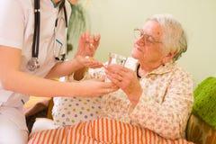 Medikationen für eine alte Frau Lizenzfreie Stockfotos