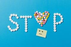 Medikationstabletten auf Farbhintergrund Konzept der Gesundheit, Behandlung, Wahl, gesunder Lebensstil lizenzfreie stockbilder