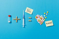 Medikationstabletten auf Farbhintergrund Konzept der Gesundheit, Behandlung, Wahl, gesunder Lebensstil stockfotografie
