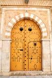 在突尼斯medina的装饰的门 免版税库存照片