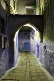 Medina av Chefchaouen på natten Arkivbild