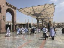 MEDINA, KÖNIGREICH DES SAUDIS ARABIA-CIRCA IM MAI 2019: Moslems gehen herein innerhalb Masjid Al Nabawi in Al Madinah, Saudi-Arab lizenzfreie stockbilder