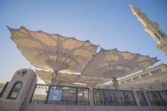 MEDINA, LA ARABIA SAUDITA (KSA) - 21 DE MARZO: Paraguas grande de la mezquita de Nabawi Foto de archivo