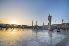 MEDINA, LA ARABIA SAUDITA (KSA) - 21 DE MARZO: Puesta del sol en la mezquita de Nabawi Imagenes de archivo