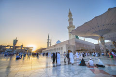 MEDINA, LA ARABIA SAUDITA (KSA) - 21 DE MARZO: Puesta del sol en la mezquita de Nabawi Fotografía de archivo libre de regalías