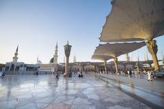 MEDINA, LA ARABIA SAUDITA (KSA) - 21 DE MARZO: Puesta del sol en la mezquita de Nabawi Foto de archivo libre de regalías