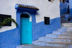 Medina van Chefchaouen, Marokko nam van voor zijn gebouwen in schaduwen van blauw nota royalty-vrije stock fotografie