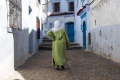 Medina van Chefchaouen, Marokko nam van voor zijn gebouwen in schaduwen van blauw nota stock afbeelding