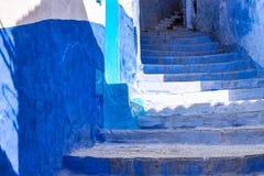 Medina van Chefchaouen, Marokko nam van voor zijn gebouwen in schaduwen van blauw nota royalty-vrije stock foto's